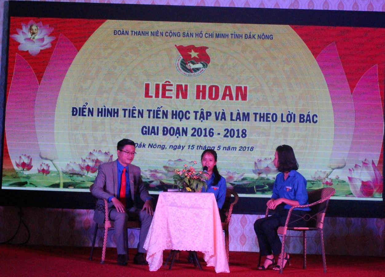 Minh Anh (giữa) giao lưu, tọa đàm tại Liên hoan điển hình tiên tiến trong học tập và làm theo lời Bác